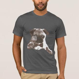 上品な紳士のパグの飲むワインのTシャツ Tシャツ