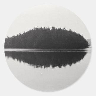 上部のSaranac湖のAdirondackの島の写真 ラウンドシール