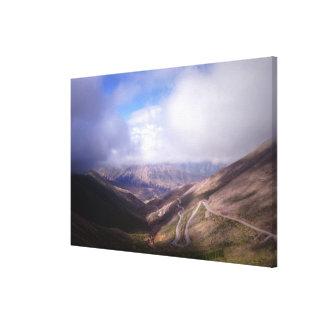 下層雲が付いているSalta山の蛇紋岩の道 キャンバスプリント