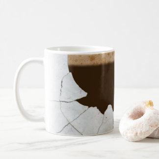 不可能な割れた、粉砕されたマグ。 珍しいマグ コーヒーマグカップ