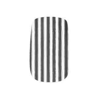 不完全で黒い及び白のストライプ ネイルアート