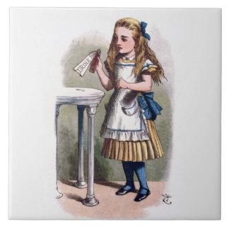 不思議の国のアリスは私を芸術のタイルかTrivet飲みます タイル