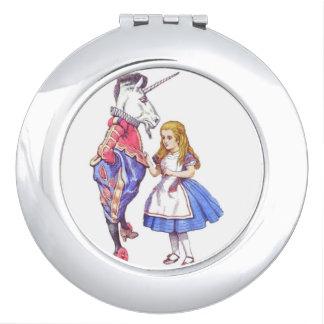 不思議の国のデザインのコンパクトの鏡のアリス