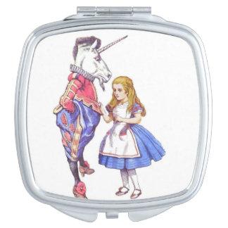 不思議の国の正方形のコンパクトの鏡のアリス