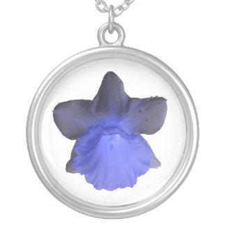 不機嫌で青い点滴注入のラッパスイセンのネックレス シルバープレートネックレス