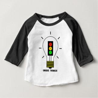 不機嫌な信号の電球のユニークな思想家 ベビーTシャツ