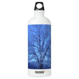 不毛の景色の雪で覆われる木 ウォーターボトル