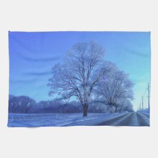 不毛の景色の雪で覆われる木 キッチンタオル