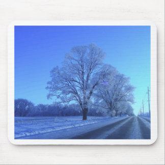 不毛の景色の雪で覆われる木 マウスパッド