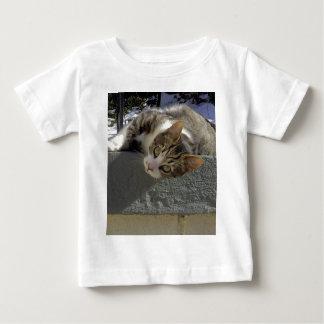 不精な子猫 ベビーTシャツ