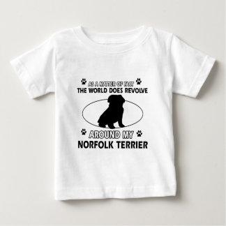 世界は私のノーフォークテリアのまわりで回転します ベビーTシャツ