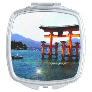 世界遺産の広島の廿日市にある宮島厳島神社の本殿の前の海に立つO torii☆itukusima