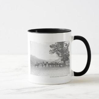 丘に見ている駄馬を持つ人 マグカップ