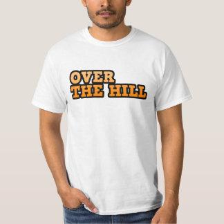 丘のワイシャツに Tシャツ