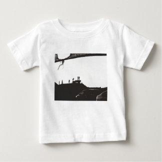 丘の男の子 ベビーTシャツ