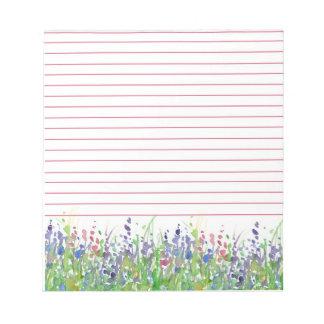 並ぶピンクの紫色の野生の花草原の水彩画 ノートパッド