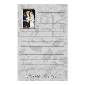 並ぶ結婚式の写真の暗灰色のダマスク織の結婚式 便箋