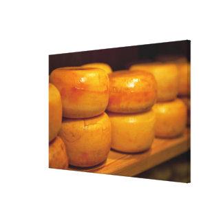 並べられるカラフルで黄色いEdamのチーズの列 キャンバスプリント
