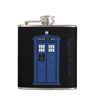 中のオタクのフラスコでより大きい青い警察箱 フラスク