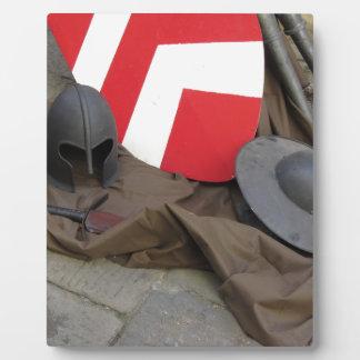中世ヘルメット、盾および剣のレプリカ フォトプラーク