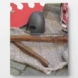 中世ヘルメット、石弓、盾のレプリカ フォトプラーク