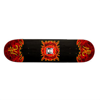 中国ので赤いトラのスケートボード スケボー