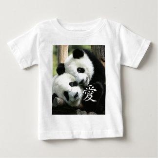 中国のな愛情のある小さいジャイアントパンダ ベビーTシャツ