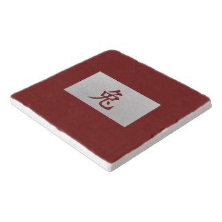 中国のな(占星術の)十二宮図の印のウサギの赤 トリベット