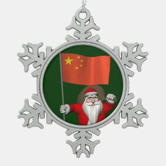 中国の旗を持つサンタクロース スノーフレークピューターオーナメント