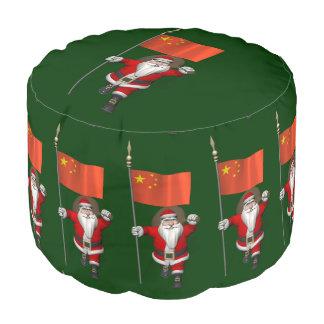 中国の旗を持つサンタクロース プーフ