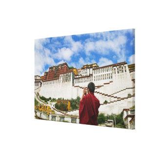 中国、チベット、ラサのPotalaのチベットの修道士 キャンバスプリント
