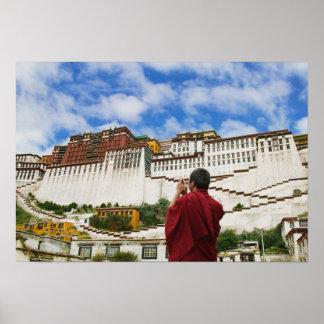 中国、チベット、ラサのPotalaのチベットの修道士 ポスター