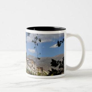 中国、チベット、ラサ、ポタラ宮 ツートーンマグカップ