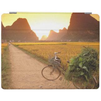 中国、広西。 ヤンチョウの国の自転車 iPadスマートカバー
