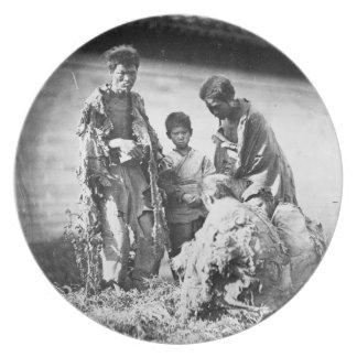 中国、c.1875 (b/wの写真)の悲惨さ プレート