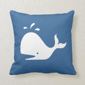中型の青い枕の白い漫画のクジラ クッション