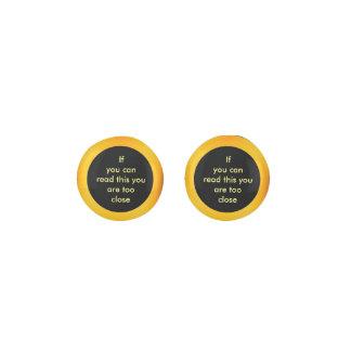 中心のおもしろいな文字が付いている金ゴールドの効果の縁 ピアス