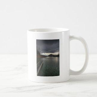 中心の丘の雨の日 コーヒーマグカップ