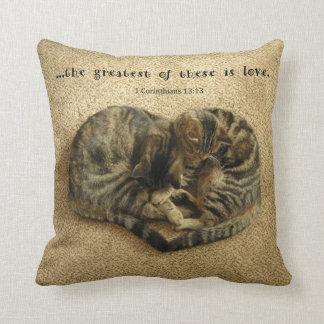 中心の形をした猫が付いている枕 クッション