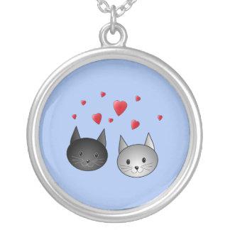 中心を持つかわいく黒いおよび灰色猫、 シルバープレートネックレス