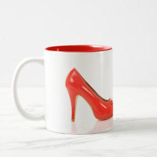 中補足色の赤いハイヒールのマグ ツートーンマグカップ