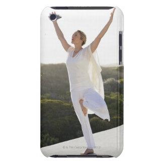 中間の成人女性の練習のヨガ2 Case-Mate iPod TOUCH ケース
