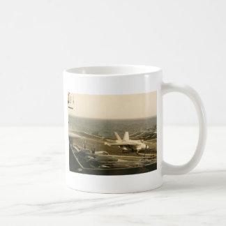 中間USSのF18スズメバチの着陸 コーヒーマグカップ