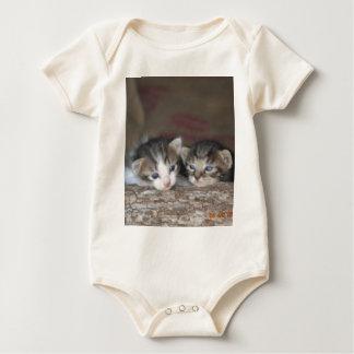丸太の2匹の子ネコ ベビーボディスーツ