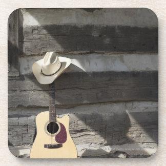 丸太小屋で傾くギターのカーボーイ・ハット コースター