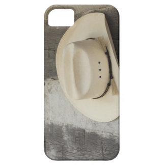 丸太小屋の壁でつるすカーボーイ・ハット iPhone SE/5/5s ケース