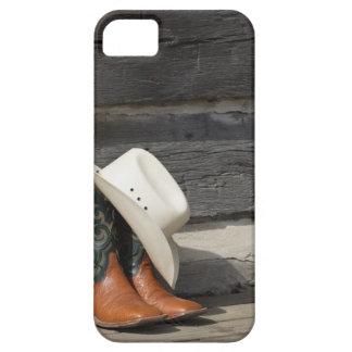 丸太小屋の外のカウボーイ・ブーツのカーボーイ・ハット iPhone SE/5/5s ケース
