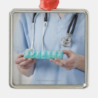 丸薬箱、中間セクションを握っているメスの医者 メタルオーナメント
