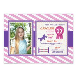 乗馬の写真の紫色の誕生日の招待状 カード
