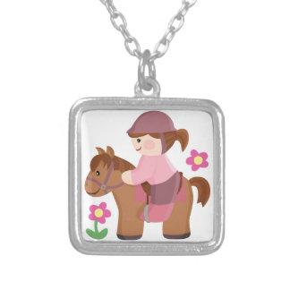 乗馬の茶色の馬の茶色の毛 シルバープレートネックレス